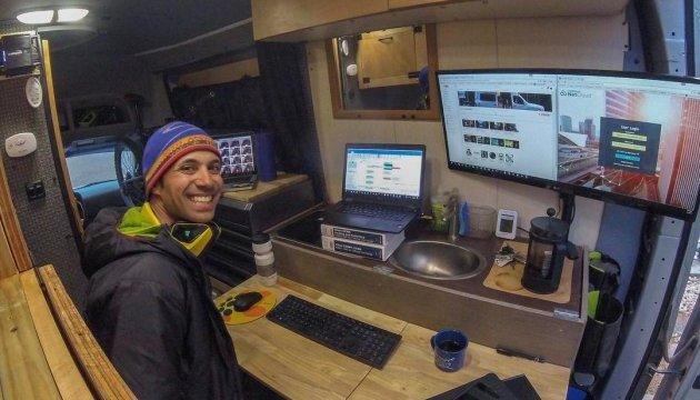 Американец сумел совместить работу с путешествиями в фургоне