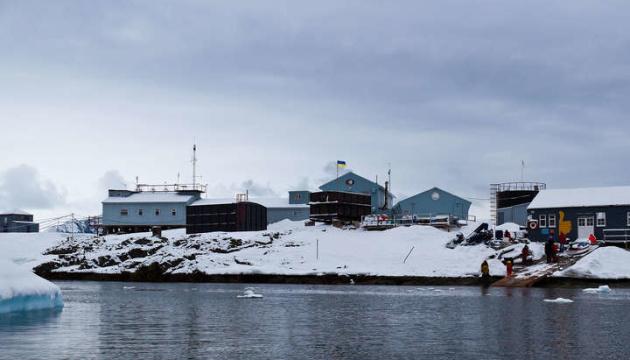 Photo of Украинских полярников в Антарктиде «проинспектировал» тюлень