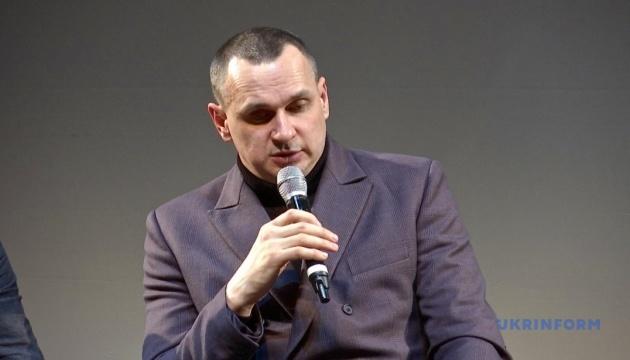 Photo of Сенцов презентовал свою новую книгу «Вторую также стоит купить»