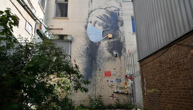 Photo of На граффити «Девушка с проколоть ухом» Бэнкси надели гигантскую маску
