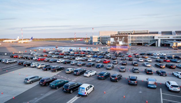 Photo of Аэропорт Вильнюса открыл автокинотеатр на перроне