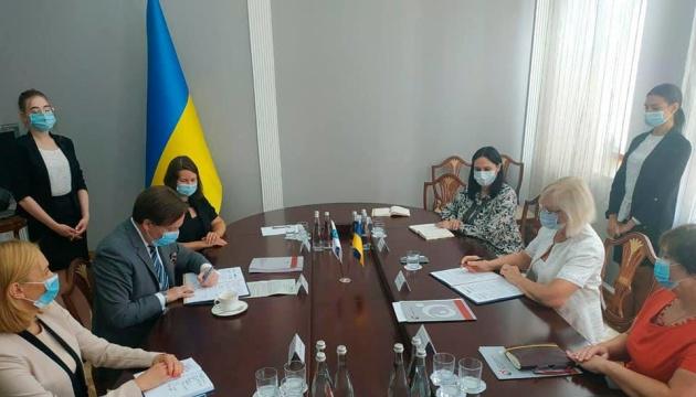 Photo of Денисова подписала меморандум о сотрудничестве с координатором проектов ОБСЕ в Украине