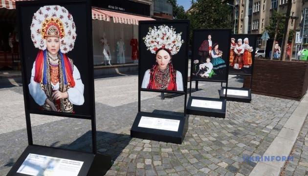 Photo of Фотовыставка в Праге рассказывает о украинский костюм