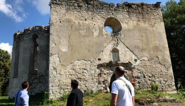 Photo of Руины костела и бункер: в Тернопольской области хотят обустроить туристический хаб