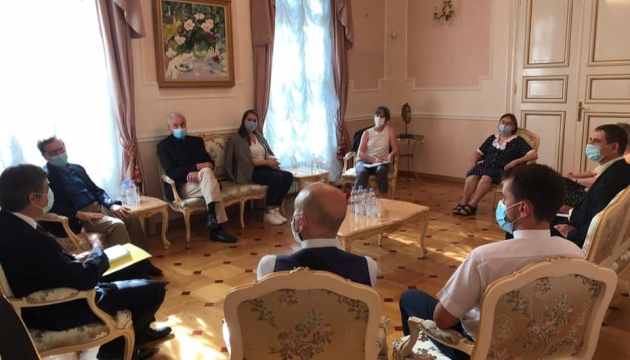 Photo of Украина во Франции должно быть больше — посол Омельченко