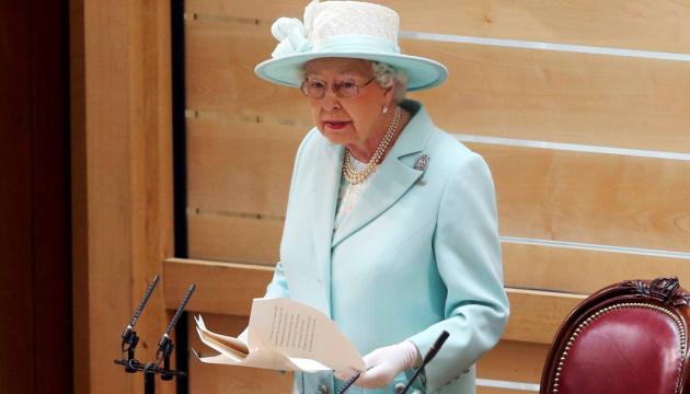 Photo of Британская королева впервые после изоляции появилась на людях
