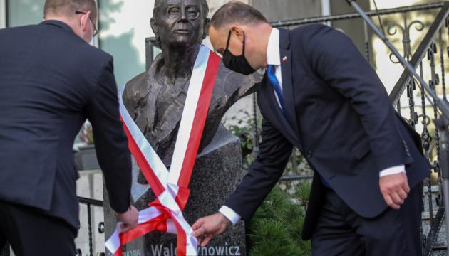 Photo of Дуда открыл памятник легенде «Солидарности» у посольства Польши в Киеве