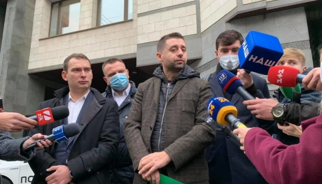 Photo of Депутаты принесли в КСУ заявление с обращением к судьям подать в отставку