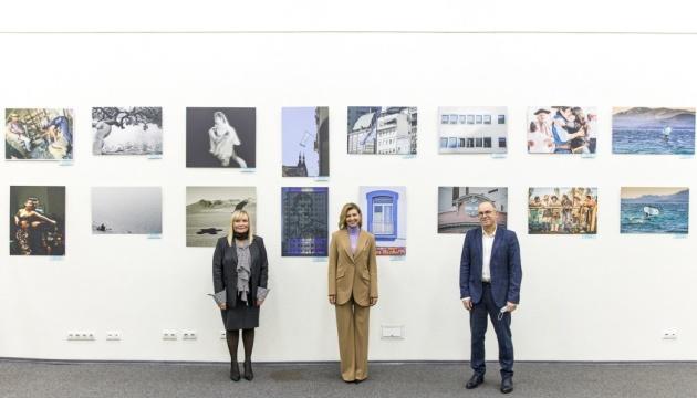 Photo of Елена Зеленская посетила выставку аргентинских фотохудожниц в Укринформе