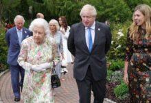 Photo of Елизавета II после встречи с лидерами G7 разрезала торт саблей: фото